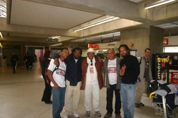 (À esquerda) Pinel, Lee27, Paranaguá, Tucunaré e Júlio no Aeroporto Charles De Gaulle