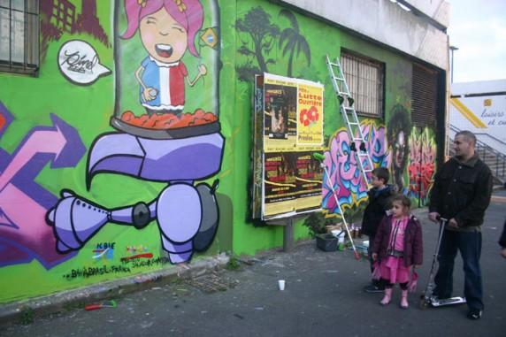 Fachada do atelier: pintura do painel com os grafiteiros do projeto e da MAC