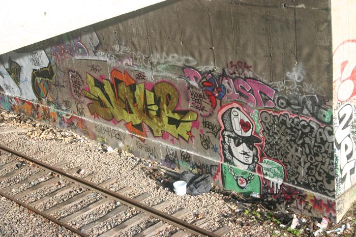 Bombs, tags e personagem: cenário nos trechos da linha férrea na cidade de Paris