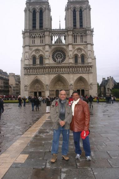 Tucunaré e este blogueiro emfrente a Catedral de Notre Dame